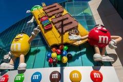 """La gente assiste negozio di dolci del mondo di S di m. alla m. """"alla striscia fotografia stock libera da diritti"""