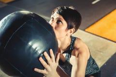 La gente attiva mette in mostra il concetto di allenamento, esercizio di allenamento alla classe della palestra Fotografia Stock
