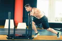 La gente attiva mette in mostra il concetto di allenamento, esercizio di allenamento alla classe della palestra Fotografie Stock