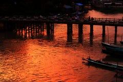 La gente attraversa il ponte di legno nel tramonto, Nyaungshwe, Myanmar immagine stock