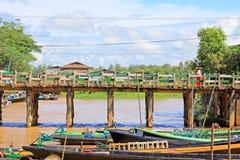 La gente attraversa il ponte di legno, Nyaungshwe, Myanmar fotografia stock libera da diritti