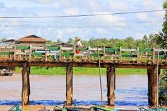 La gente attraversa il ponte di legno, Nyaungshwe, Myanmar fotografie stock