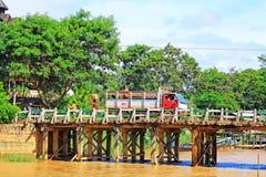 La gente attraversa il ponte di legno, Nyaungshwe, Myanmar immagine stock