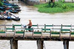 La gente attraversa il ponte di legno, Nyaungshwe, Myanmar fotografia stock