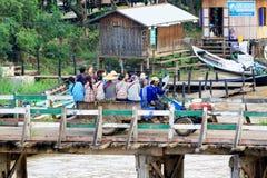 La gente attraversa il ponte di legno, Nyaungshwe, Myanmar fotografie stock libere da diritti