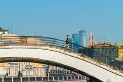 La gente attraversa il ponte a dorso d'asino Fotografia Stock