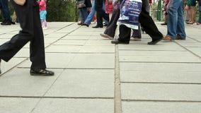 La gente attraversa la strada ad un passaggio pedonale video d archivio