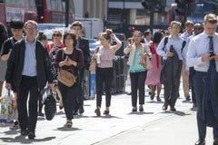 La gente attraverso la strada vicino alla stazione della via di Liverpool ai treni ed alla metropolitana Fotografia Stock