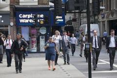 La gente attraverso la strada vicino alla stazione della via di Liverpool ai treni ed alla metropolitana Immagini Stock Libere da Diritti