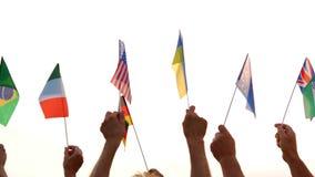 La gente aumentó banderas de los países diferentes almacen de video