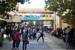 La gente australiana mostra la palla di lancio al activitie all'aperto del patio immagini stock libere da diritti