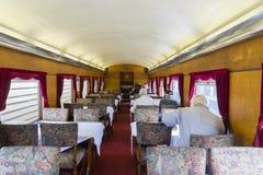 La gente in automobile pranzante del treno d'annata Immagine Stock
