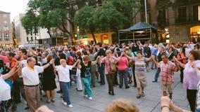 La gente baila danzas populares Barcelona España Tarde del verano festividades Imágenes de vídeo editoriales almacen de metraje de vídeo