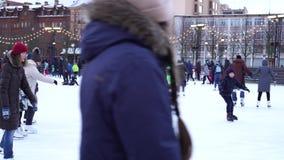 La gente baila en la sesión de la tarde sobre la pista del espacio del entretenimiento, nueva Holanda metrajes