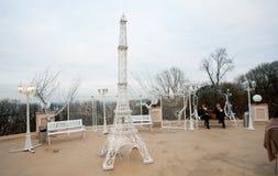La gente bebe el café al aire libre en un café de la calle con la torre Eiffel decorativa Foto de archivo libre de regalías