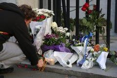 La gente a Belgrado rende omaggio alle vittime a Parigi immagini stock libere da diritti