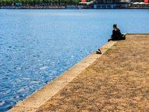 La gente a Binnenalster (lago interno Alster) nel hdr di Amburgo Immagini Stock