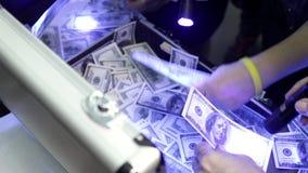 La gente brilla a través de cuentas del ciento-dólar de las linternas en maletas metrajes