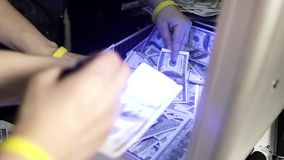 La gente brilla a través de cuentas del ciento-dólar de las linternas en maletas almacen de video