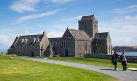 La gente británica de Iona Abbey Scotland que disfruta de la primavera hermosa resiste en este hito histórico en la isla escocesa Foto de archivo libre de regalías