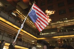 La gente brucia una bandiera degli Stati Uniti Fotografia Stock Libera da Diritti