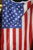 La gente brucia una bandiera degli Stati Uniti Immagini Stock Libere da Diritti