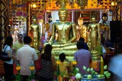 La gente buddista tailandese è Buddha dorato adorato in Wat Pan Immagine Stock
