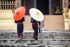 La gente budista de Tailandia va a la cría del templo del asiático foto de archivo