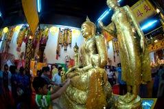 La gente budista tailandesa es Buda de oro adorado Fotografía de archivo