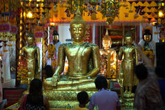 La gente budista tailandesa es Buda de oro adorado Fotografía de archivo libre de regalías