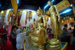 La gente budista tailandesa es Buda de oro adorado Foto de archivo libre de regalías