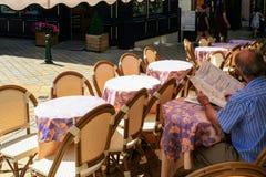 la gente in caffè all'aperto nella città di Amboise Immagine Stock