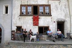 La gente in caffè tradizionale nel villaggio svizzero Gruyeres, Svizzera Fotografia Stock Libera da Diritti
