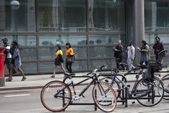 La gente camina abajo de la calle en el mediodía de trabajo Fotografía de archivo libre de regalías