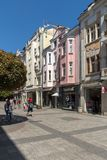 La gente camina abajo de la calle de Knyaz Alejandro I en la ciudad de Plovdiv, Bulgaria Fotos de archivo