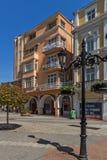 La gente camina abajo de la calle de Knyaz Alejandro I en la ciudad de Plovdiv, Bulgaria Foto de archivo