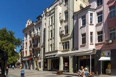 La gente camina abajo de la calle de Knyaz Alejandro I en la ciudad de Plovdiv, Bulgaria Fotografía de archivo libre de regalías