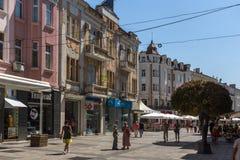 La gente camina abajo de la calle de Knyaz Alejandro I en la ciudad de Plovdiv, Bulgaria Imágenes de archivo libres de regalías