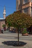 La gente camina abajo de la calle de Knyaz Alejandro I en la ciudad de Plovdiv, Bulgaria Fotografía de archivo