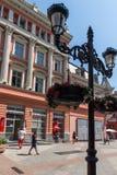 La gente camina abajo de la calle de Knyaz Alejandro I en la ciudad de Plovdiv, Bulgaria Imagen de archivo libre de regalías