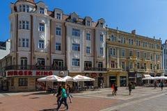La gente camina abajo de la calle de Knyaz Alejandro I en la ciudad de Plovdiv, Bulgaria Imagen de archivo