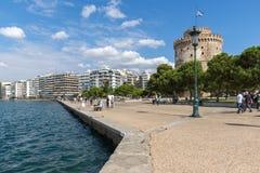 La gente camina abajo delante de la torre blanca en la ciudad de Salónica, Macedonia central, G Fotografía de archivo libre de regalías