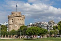 La gente camina abajo delante de la torre blanca en la ciudad de Salónica, Macedonia central, G Foto de archivo libre de regalías