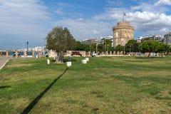 La gente camina abajo delante de la torre blanca en la ciudad de Salónica, Macedonia central, G Fotos de archivo