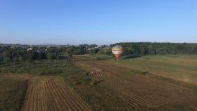 La gente camina al globo del aire caliente que está preparando vuelo de las FO almacen de metraje de vídeo