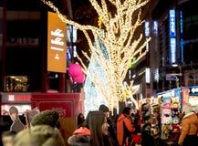 La gente camina alrededor de la calle de las compras en Año Nuevo Imagen de archivo libre de regalías