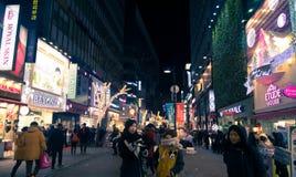 La gente camina alrededor de la calle de las compras en Seul, Corea del Sur Foto de archivo libre de regalías