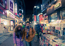 La gente camina alrededor de la calle de las compras en Seul, Corea del Sur Foto de archivo
