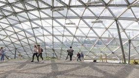 La gente camina debajo de una bóveda de cristal, Moscú Fotos de archivo libres de regalías