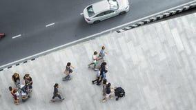 La gente camina en la calzada peatonal de la calle con el yo adolescente Imagen de archivo libre de regalías